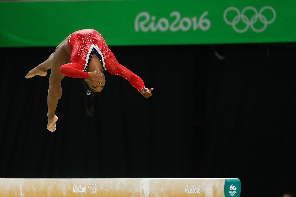 simone_biles_na_prova_final_da_trave_nos_jogos_olimpicos_rio_2016